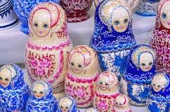 Rosyjski drewniany lali matryoshka na kontuarze prezenta sklep Matryoshka jest krajowym Rosyjskim pami?tk? obraz stock