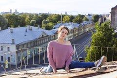 Rosyjski dziewczyny odprowadzenie na dachu Zdjęcie Stock
