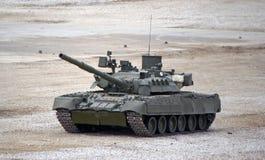 Rosyjski główny batalistyczny zbiornik T-80 na ziemi w bojowych warunkach Obraz Royalty Free