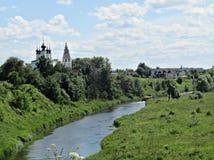 Rosyjski miasteczko na brzeg rzeki Zdjęcia Royalty Free