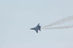 Rosyjski militarny myśliwiec odrzutowy MIG-29 robi virage Zdjęcia Stock