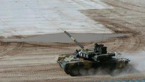 Rosyjski militarny zbiornik jedzie na drodze przy wojska forum 2017 zbiory
