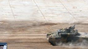 Rosyjski militarny zbiornik jedzie na drodze przy wojska forum 2017 zbiory wideo