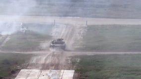 Rosyjski militarny zbiornik jedzie na drodze przy wojska forum 2017 zdjęcie wideo