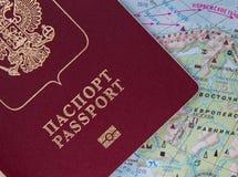 Rosyjski paszport na światowej mapie Zdjęcia Stock