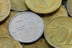 Rosyjski rubel przeciw tłu dziesięć rubli monet Obrazy Royalty Free