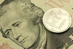 Rosyjski rubel przeciw tłu dziesięć USA dolarów Fotografia Stock