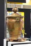 Rosyjski samowar - stary przyrząd dla herbaty Tradycja robić herbaty w samowarze pojawiać się w Rosja obraz stock
