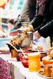 Rosyjski samowar z chleba barwiącymi pierścionkami zdjęcie stock