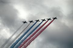 Rosyjski szturmowy samolot SU-25, samoloty z barwionym contrail Kolory rosjanin flaga Obrazy Stock