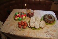 Rosyjski wielkanoc tort, jajka i ciastka stoi na stole, zdjęcie stock