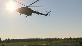 Rosyjski wojsko Skakać z round spadochronami Lądować helicopter-Mi-8 zbiory
