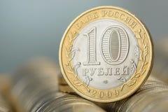10 Rosyjskich rubli sterty metal złocistych monet tło Fotografia Stock