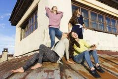 Rosyjskie dziewczyny chodzi na dachu Zdjęcia Royalty Free