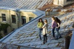 Rosyjskie dziewczyny chodzi na dachu Fotografia Royalty Free
