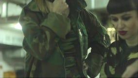 Rosyjskie dziewczyny w wojskowym uniformu zbiory wideo
