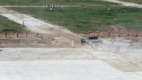 Rosyjskie militarne zbiornik przejażdżki na drodze zbiory