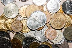 Rosyjskie monety różni wyznania rubla znak są na stole zdjęcia royalty free