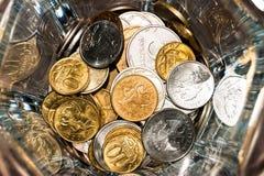 Rosyjskie monety różni wyznania w szklanym słoju zdjęcia stock