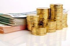 Rosyjskie pieniędzy rubli monety i banknoty na lekkim tle zdjęcie royalty free