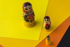 Rosyjskie Tradycyjne lale Matrioshka, Matryoshka lub Babushka - Obrazy Royalty Free