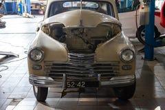 Rosyjskiego klasycznego rocznika samochodowa część historia w remontowym sklepie w dobrym stanie w demontującym warunku z silniki obrazy stock