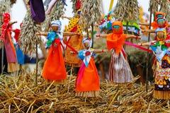 Rosyjskiego ostatki małe lale w tradycyjnych kolorowych sukniach z okazji przyjazdu wiosna Obrazy Stock