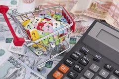 Rosyjskiego rubla wózek na zakupy z znakami zapytania i banknoty Fotografia Royalty Free