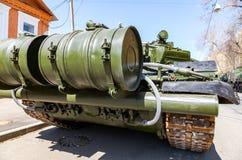 Rosyjskiego wojska główny batalistyczny zbiornik T-72B3M w zielonych kolorach przy miasto ulicą zdjęcie royalty free
