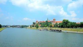 Roszuje rzeką, Krakow, Polska zbiory wideo