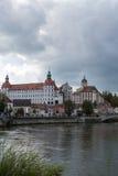 Roszuje w grodzkim Neuburg na Rzecznym Danube w Bavaria Fotografia Stock