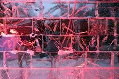 Rot beleuchtete Eiswand Stockbilder