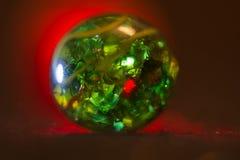 Rot beleuchtete grüne Glaskugel 20 Lizenzfreie Stockfotografie
