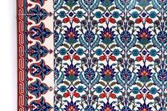 Rot-blau-weiße Mosaikfliesen, horizontale Ansicht Stockfoto