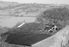 Rot boerderij verlaten gebroken dak Stock Foto