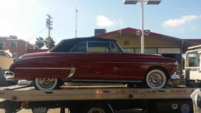 1950 Rot-Cadillac-Auto auf Schleppseil LKW lizenzfreies stockfoto