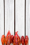 Rot dämpfte Panzerkrebse auf dem weißen hölzernen Hintergrund Rustikale Art Abdeckung für die Zeitschrift Meeresfrüchtemenü lizenzfreie stockfotografie