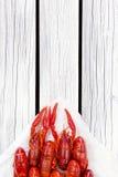 Rot dämpfte Panzerkrebse auf dem weißen hölzernen Hintergrund Rustikale Art Abdeckung für die Zeitschrift Meeresfrüchtemenü Lizenzfreies Stockfoto