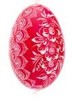 Rot, das handgemaltes Osterei hängt Stockfoto