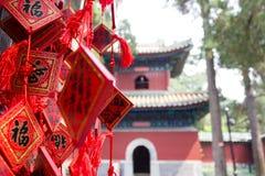 Rot, das Karten an Konfuzius-Tempel in Peking wünscht Lizenzfreie Stockfotos