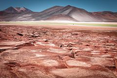 Rot entsteint Piedras Rojas, in Salar de Talar, nahe Aguas Calien lizenzfreie stockfotografie