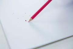 Rot färbte Bleistift mit defektem Tipp mit Notizbuch Lizenzfreie Stockbilder