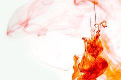 Rot färbte des wasserfarbe-Hintergrundgelbs der abstrakten Tropfenwolke Acrylunterkosmosschwarzabstraktionshimmel-Seebadekurort d Stockfotos