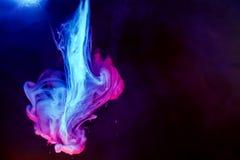 Rot färbte des wasserfarbe-Hintergrundgelbs der abstrakten Tropfenwolke Acrylunterkosmosschwarzabstraktionshimmel-Seebadekurort d Stockfotografie