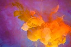 Rot färbte des wasserfarbe-Hintergrundgelbs der abstrakten Tropfenwolke Acrylunterkosmosschwarzabstraktionshimmel-Seebadekurort d Stockfoto