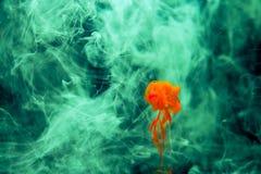 Rot färbte des wasserfarbe-Hintergrundgelbs der abstrakten Tropfenwolke Acrylunterkosmosschwarzabstraktionshimmel-Seebadekurort d Stockbilder