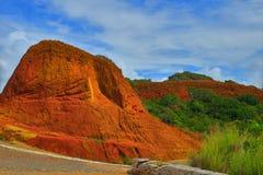 Rot färbte Felsen in Brasilien entlang der Straße Stockfotos