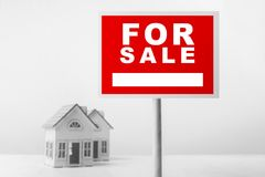Rot für Verkaufs-Real Estate-Zeichen vor kleines Haus-Modell stockbilder