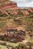 Rot farbiges Adobe-Haus in Bolivien Stockbild