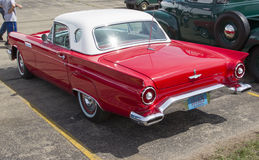 1957 Rot Ford Thunderbird Side View Stockbilder